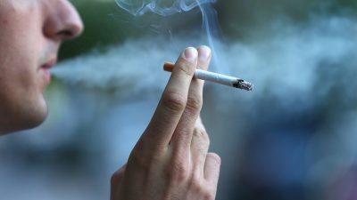 orang lagi merokok